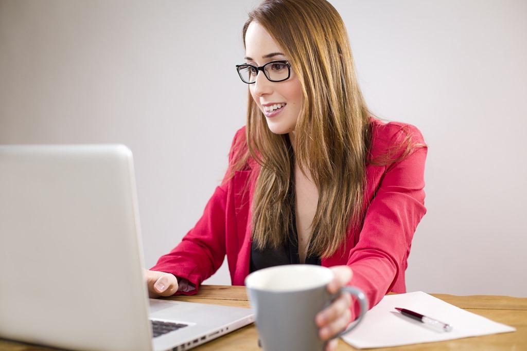女性でも軽々持ち運びできる1kg以内の超軽量ノートパソコン4選
