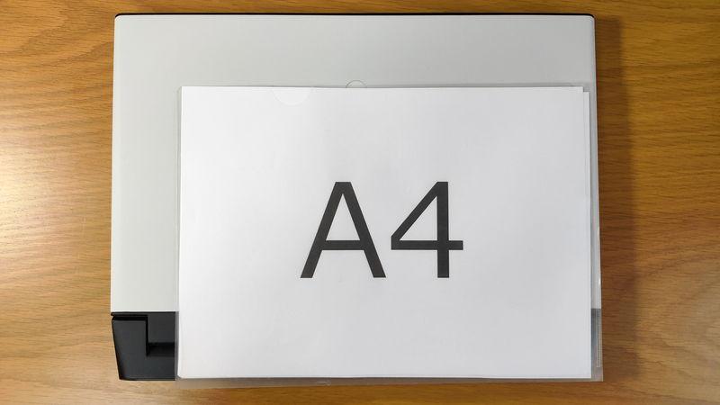 Alienware m15 R3のサイズをA4クリアファイルと比較
