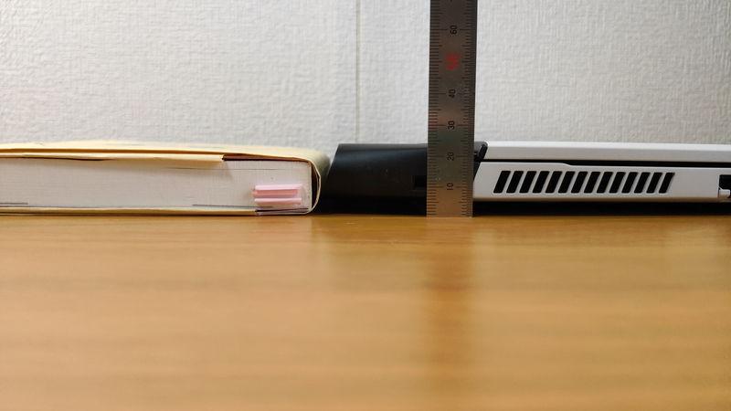 Alienware m15 R3の高さを本と比較