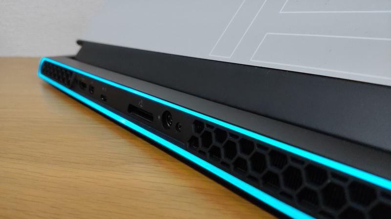 Alienware m15 R3のデザイン2