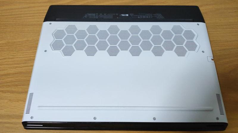 Alienware m15 R3の背面のファン