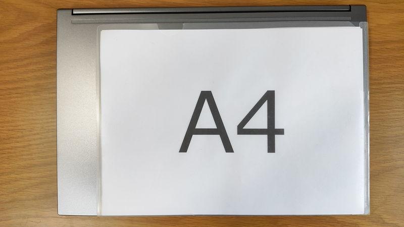GALLERIA RL5R-G50TのサイズをA4クリアファイルと比較
