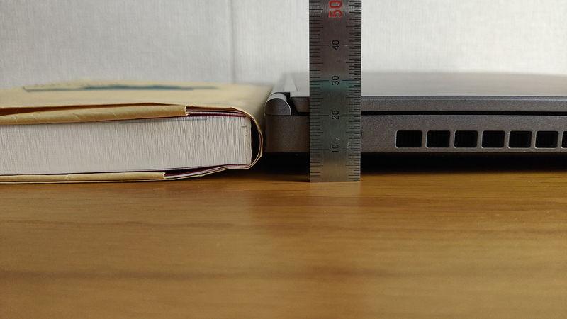 G-Tune E5-144の厚さを本と比較
