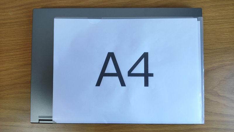 GALLERIA XL7C-R36のサイズをA4クリアファイルと比較