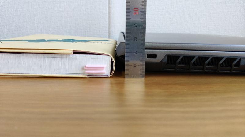 GALLERIA XL7C-R36の厚さを本と比較