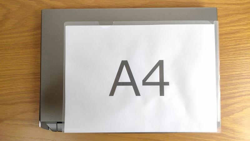 GIGABYTE AORUS 15GのサイズをA4クリアファイルと比較