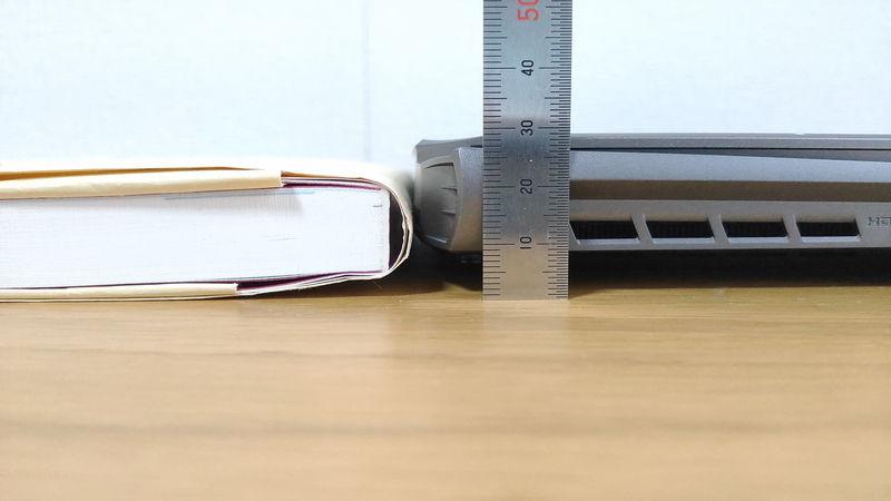 GIGABYTE AORUS 15Gの厚さを本と比較