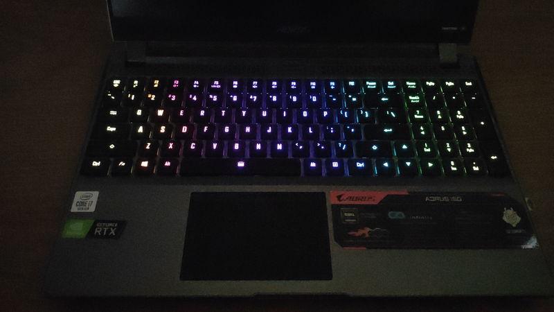 GIGABYTE AORUS 15GのキーボードのRGB LED1