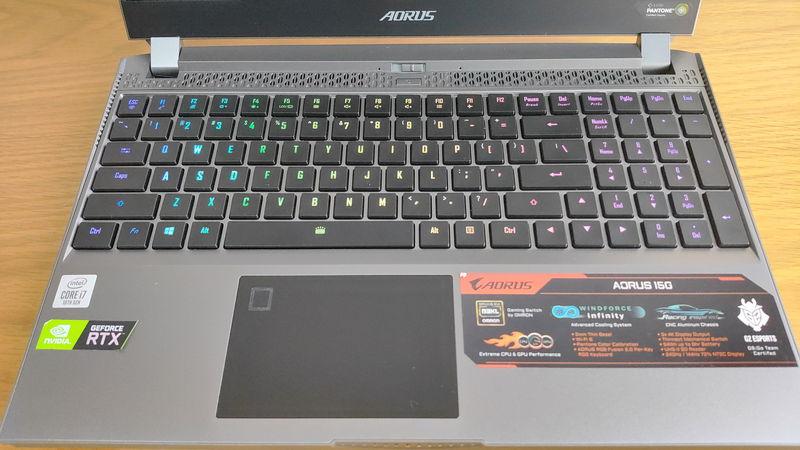 GIGABYTE AORUS 15Gのキーボードとタッチパッド