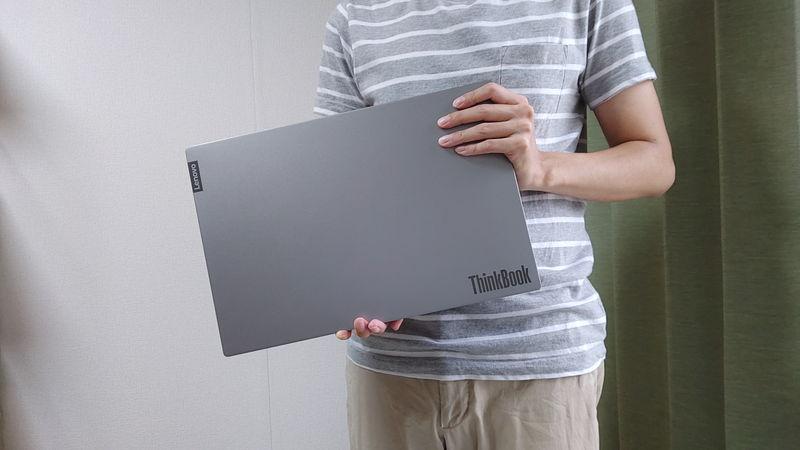 手に持った時のレノボ ThinkBook 15