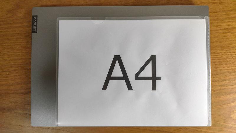 レノボ ThinkBook 15のサイズをA4クリアファイルと比較