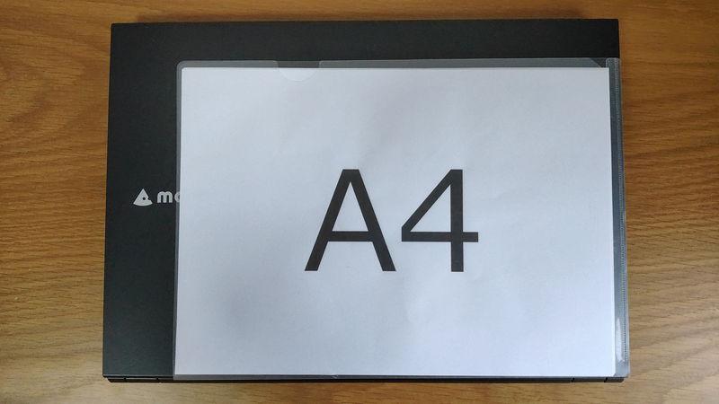 mouse F5のサイズをA4クリアファイルと比較