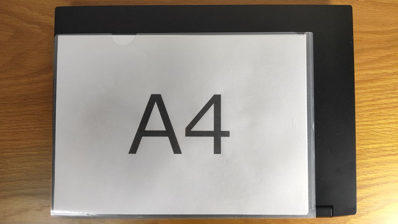 m-Book K700SN-M2SH2のサイズをA4クリアファイルと比較