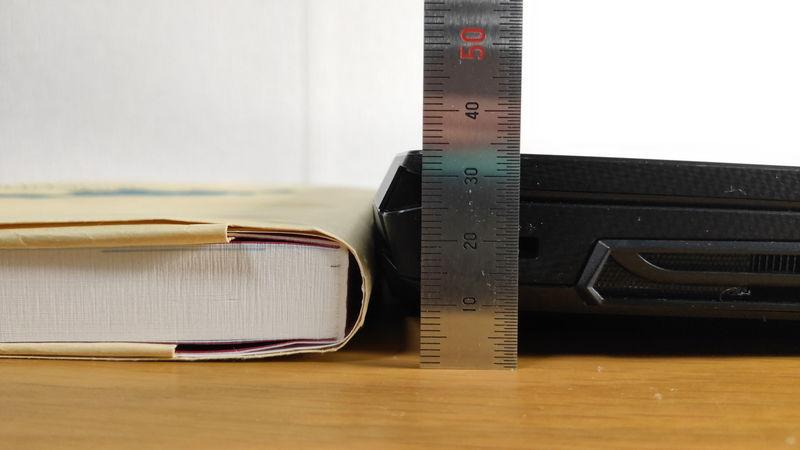 m-Book K700SN-M2SH2の厚さを本と比較